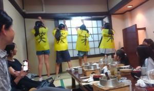 小5女子によるソーラン節。背中には百字文「笑談未来」の文字!